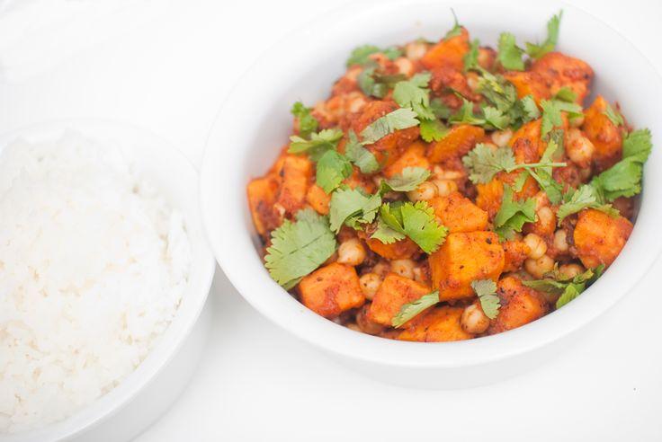 Indisk rett med en smakfull tomatisert saus. Ingredienser: 200 gram tørka kikerter 2 små søtpoteter (cirka 300 gram) 1 sjalottløk 1 rød chili 0,5 kinesisk hvitløk 1 centimeter ingefær 2 spiseskje...