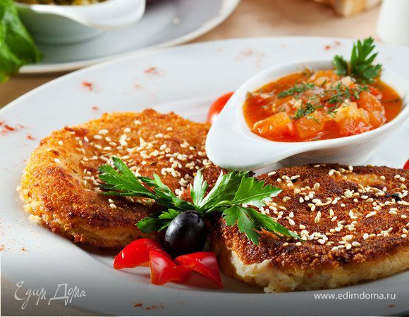Котлеты гороховые «Фалафели по-арабски» с томатным соусом. Ингредиенты: манная крупа, мука, лук репчатый
