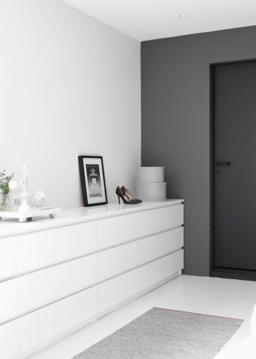 #Paredes en tonos grises, dormitorio [Foto: Nina Holst, via Stylizimo]