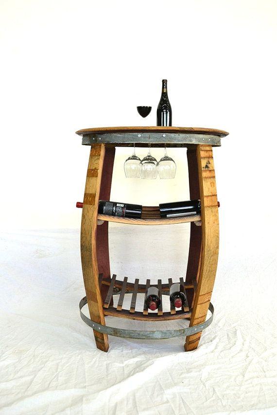 Nous obtenons des demandes des restaurants, bars à vins et vignobles pour les meubles nouvelle et amusante pour pub tables de hauteur et enfin conçu cette belle table hauteur dégustation faite entièrement à partir d'un ancien tonneau de vin. Ce pied de table est fait de grand tonneau de vin de la vallée de Napa qui a été soigneusement pris part et façonné dans une table entièrement fonctionnelle pour servir le vin, quil vient de se tenue. Entièrement 100 % recyclé et récupéré des tonneaux…
