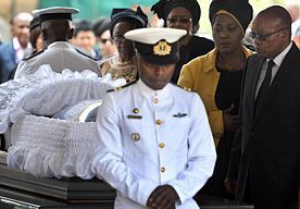 11-Dec-2013 16:58 - LANGE RIJEN IN ZUID-AFRIKA VOOR KIST MANDELA. Duizenden Zuid-Afrikanen vormen woensdag in de hoofdstad Pretoria rijen om de kist met daarin het lichaam van Nelson Mandela te aanschouwen.