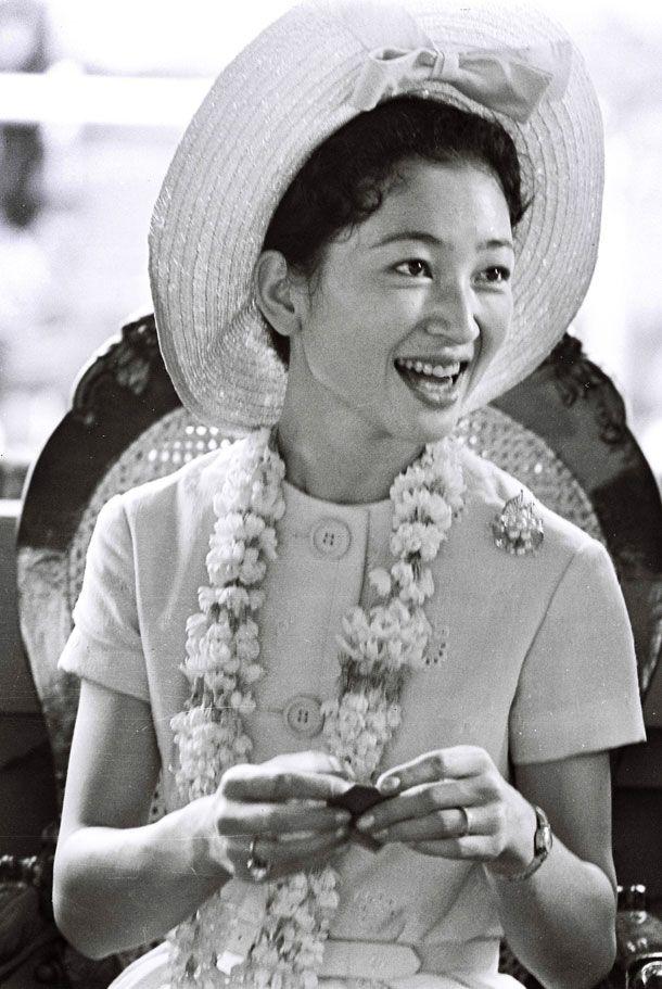 1962年11月、マニラの国立児童保護施設を訪問し、折り紙で鶴を折る