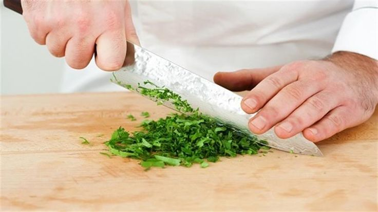 El estragón es una hierba que posee un aroma ligeramente anisado, y que forma parte de muchos platos de la cocina francesa, desde ensaladas y salsas hasta carnes, pescados, pollo, setas y mariscos. Aprende a usarlo en tus platos.