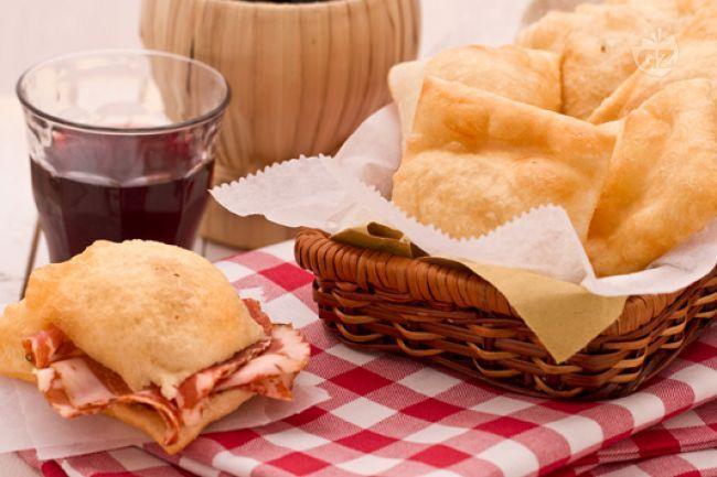Lo gnocco fritto è una ricetta tipica dell'Emilia Romagna e viene preparato con della pasta di pane che viene fritta e servita con salumi e formaggi.