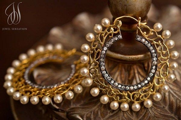 Gold earrings with pearls.