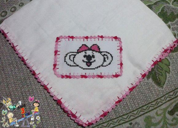 Fralda bordada com bico de crochê