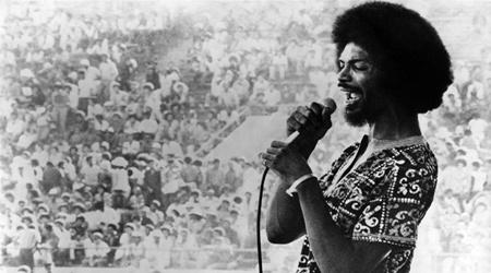 """Gil Scott-Heron: Η φωνή της διαμαρτυρίας και ο αρχηγός μιας επανάστασης που μπορούσες να τη χορέψεις"""