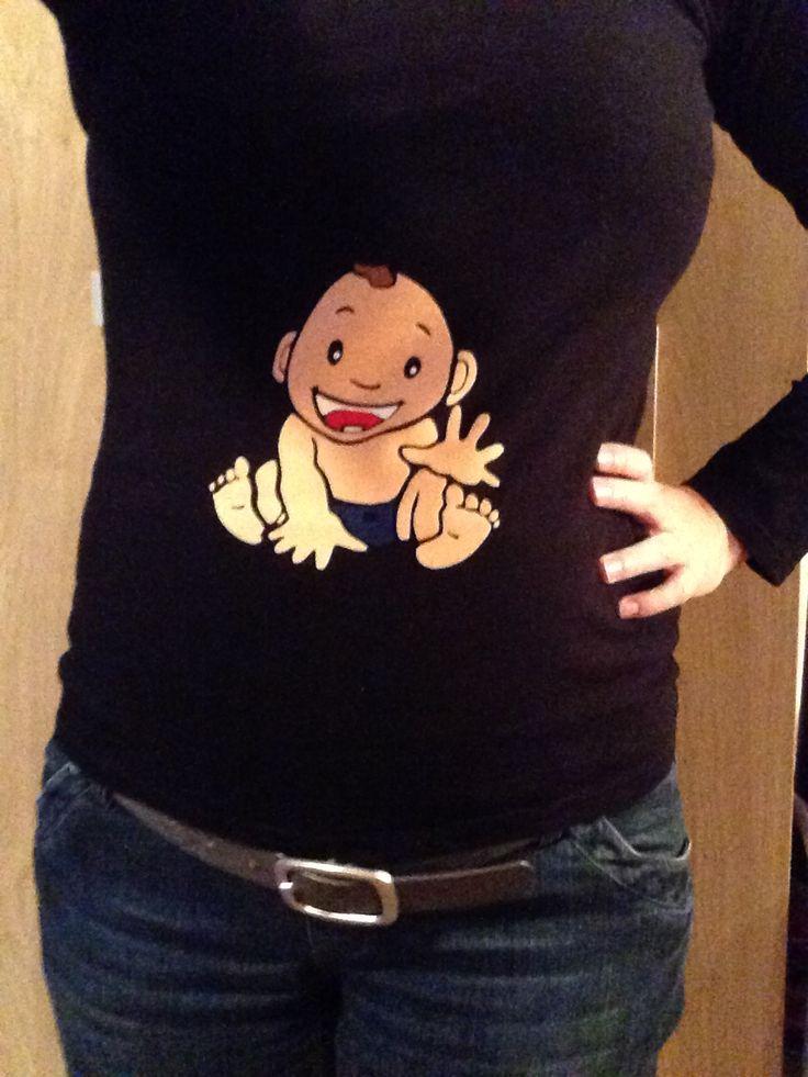 Mijn eigen shirt bedrukt met een flock jongetje ipv een buikband. De shirts van de HEMA zijn lang genoeg en draag ik nu met 36 weken ver ook nog steeds en zijn nog steeds lang genoeg