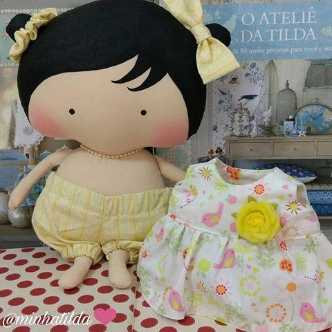 Hora de vestir mais uma fofura  #tilda #tildinha #tildatoy #bonecadepano #tildatoys #feitocomamor  #feitocomcarinho #mãedemenina #gravidez #coisasdemenina #maternidade #fofura  #chádebebê #decoração #doll #dolls #tildaworld #costurinhas #princesas #newborn #atelie #artesanato #recemnascido #futuramamae #tonefinnanger #daminha #vestidodeboneca