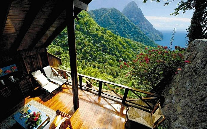 Прекрасный вид из окна в Сент-Люсия - государстве которое расположенно на одноимённом острове в Наветренных островах.