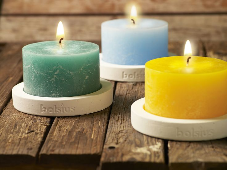 14,90€ Sie erhalten ein Set, bestehend aus dem Unertsetzer für Rustic Kerzen in der Farbe weiß (Ø Außen: 18 cm) und der Bolsius Rustic Outdoorkerze in der Farbe Ihrer Wahl.