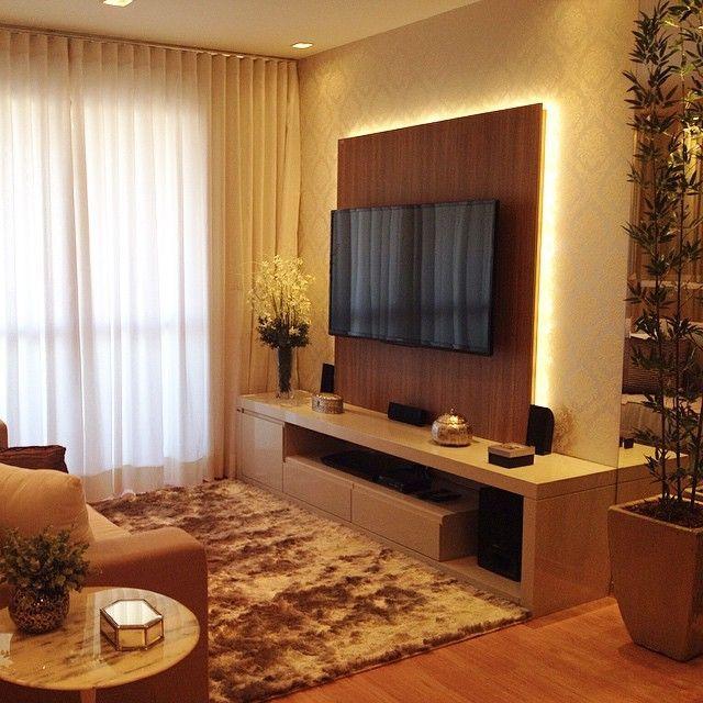 Sala TV com painel com iluminação indireta com fita de LED que destaca o papel…