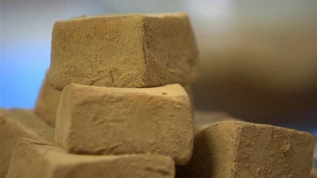 Recipe in Danish for delicious licorice caramels // Mette Blomsterbergs lakridskarameller