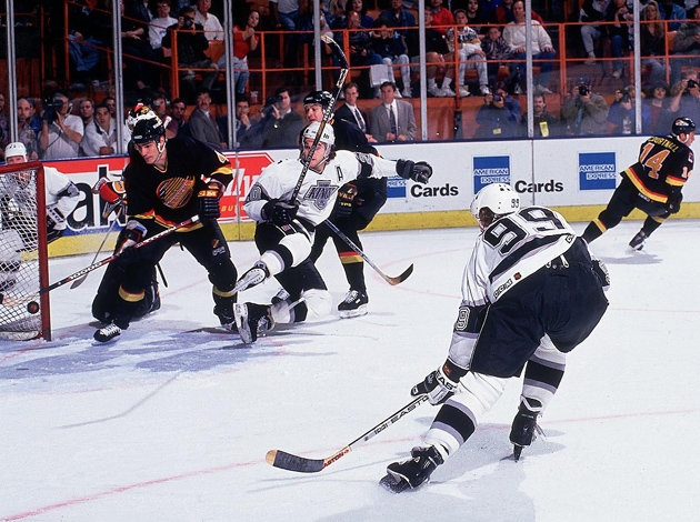 Ranking hockey's greatest photos: Wayne Gretzky's 802nd over Bobby Orr's leap? | Puck Daddy - Yahoo! Sports