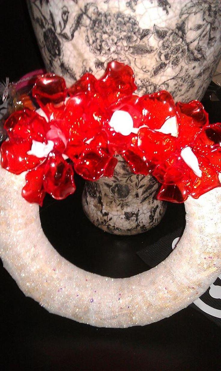 Foto: Een rieten krans van de Action , kerst lint van de Xenos plastic lepels van AH De rode plastic lepels gesmolten boven een kaars verbogen als een kerst ster achtige bloem. De eerste 20 lepels mislukken wel maar daarna lukt het! pff. Geplaatst door DeniseMoppie68 op Welke.nl