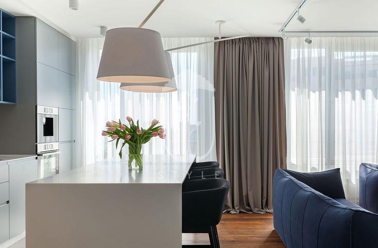 На протяжении дня гостиная, объединенная с кухней и столовой, залита солнечным светом, что помогло создать особый уют в квартире.