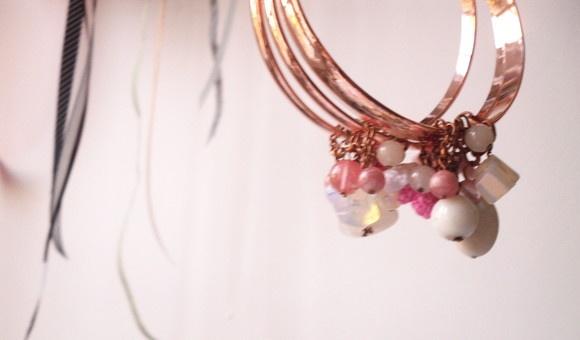 Três pulseiras em banho de ouro rosa e com pingentes de pedras naturais diversas e flores de crochê em tons de rosa. Uma peça feminina e delicada. Peça Única! R$59,90