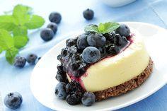 cheesecake-frutas Ingredientes Óleo em spray para untar 1/3 xícara (chá) de bolachas wafer sabor baunilha sem glúten, moídas 375g de cream cheese light, em temperatura ambiente ½ xícara (chá) de adoçante culinário 1 colher (sopa) de farinha de trigo integral 1 colher (chá) de essência de baunilha 1 ovo 1 xícara (chá) de framboesas, amoras, kiwis e morangos, picado