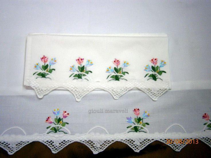 Καλαθάκια πλεχτά με λουλούδια.Παν/νο με μαξιλαροθήκη,με το χέρι κεντημένο,πλεγμένη δαντέλα με το χέρι που σχηματίζει καλαθάκια,ενωμένα προσεκτικά. 145 ευρώ.Σχεδιασμένο για να το κεντήσετε εσείς=25 ευρώΓιούλη Μαραβέλη,τηλ:22210 74152. Δείτε εδώ:  https://gr.pinterest.com/maravelip/%CF%80%CF%81%CE%BF%CE%AF%CE%BA%CE%B1-%CE%BC%CF%89%CF%81%CF%8E%CE%BD/