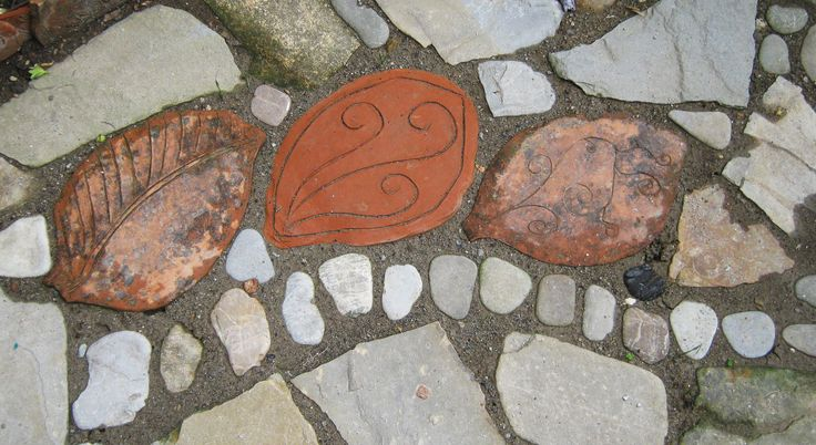 pavimentazione per giardino: pietre, sassi di fiume e mattonelle in terracotta