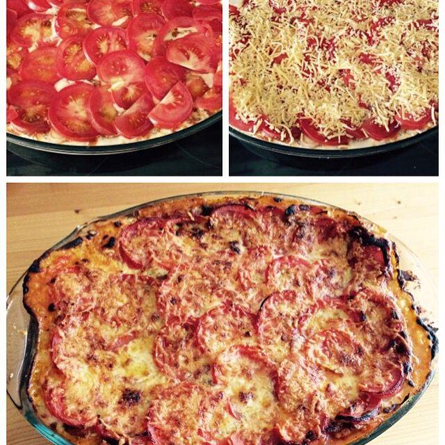 #Lasagne:  -  Rode saus: 750 gr. #Rundergehakt, #Ui, Bakje #champignons, Gedr. en verse #tomaten, Tomato frito, Tomatenblokjes, #Bouillontablet, #Basilicum, #oregano, #tijm, #peterselie, Scheut rode #wijn, Zout en peper.  #Kaassaus: Olijfolie, bloem, melk, Zout. peper en #nootmuskaat, Geraspte #kaas.     Pak lasagnebladen volkoren.     Laagjes maken en bovenop tomaten plakjes en geraspte kaas.   30 minuten op 200 gr.