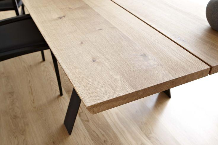 Plank spisebordserie er designet av Nissen & Gehl MDD for Naver. Det fås i tresorter som ask, vil eik, eik og valnøtt med ben i olje brent stål.