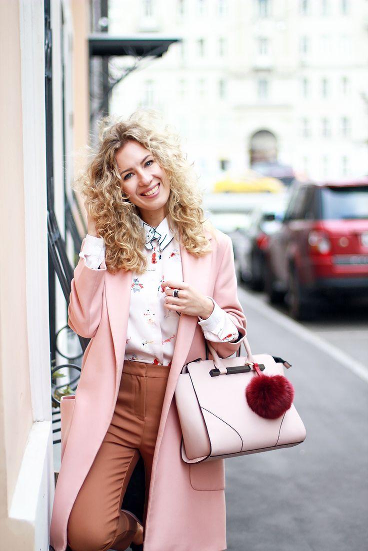 margarita_maslova_pink_coat_caramel_pants_cats_blouse_rose_quartz_bag_streetstyle