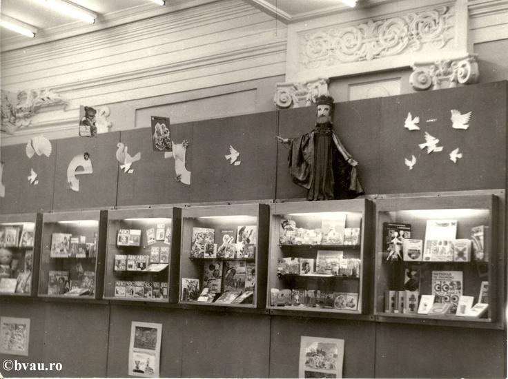 """Biblioteca """"V.A. Urechia"""" - hol intrare, Galati, Romania, anul 1984.  Imagine din colecţiile Bibliotecii Judeţene """"V.A. Urechia"""" Galaţi."""