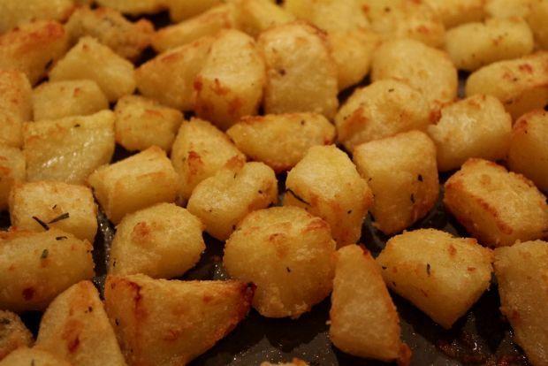 Οι φουρνιστές πατάτες του Σπύρου  Φουρνιστές πατάτες που είναι πανεύκολες και πεντανόστιμες.    Υλικά (για περίπου 4 άτομα - εγώ τις τρώω μόνη μου όλες)    1 κιλό πατάτες  3 κουταλιές σιμιγδάλι ψιλό  1 κουταλιά ψιλοκομμένο φρέσκο δεντρολίβανο (ή ρίγανη ή θυμάρι