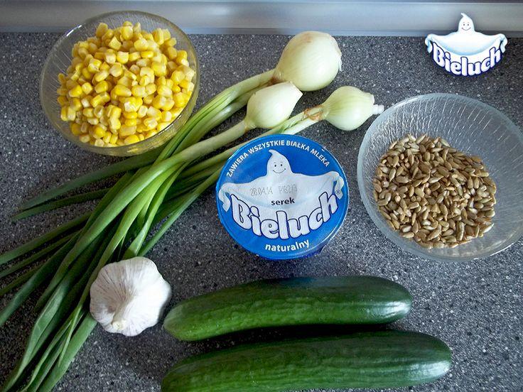 Składniki - BIELUCH, czosnek (wystarczy jeden ząbek), dwa ogórki, ziarna słonecznika, kukurydza z puszki, szczypiorek
