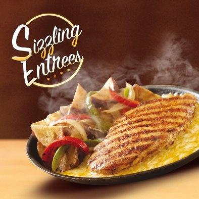 Te presentamos el nuevo Sizzling Entrees Chicken Fundido; delicioso pollo a la parrilla, servido sobre una mezcla de quesos Asiago y Jack Cheddar. Acompañado de cebolla, pimentón rojo y verde, junto con nuestras exquisitas Papas Country. ¿Te atreverías a probarlo?.