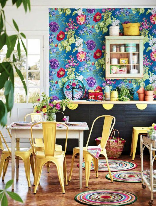Синие обои с цветочным принтом в интерьере кухни.