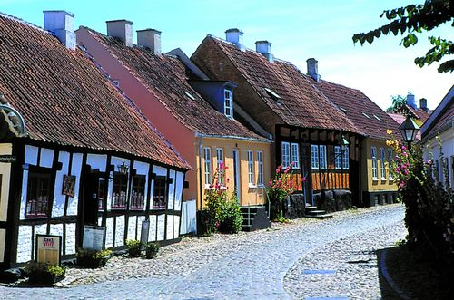 Right there in the black and white building, I had the most delicious, ice cold Tuborg on a hot summer day in Ebeltoft, Danmark