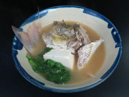 タテシマフエフキのみそ汁(魚汁) 小振りのものは適宜に切り、大型のものはあらなどを使う。鮮度のいいものはそのまま水(昆布だしでも)で煮出す。やや劣ったものは一度湯通しして水から煮出す。仕上げにみそを溶く。豆腐やニガナ、フーチバー(ヨモギ)、小松菜などを青みを加えるといい。薬味はコーレーグスを。