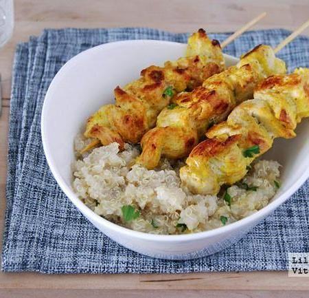 Pinchos de pollo al curry con quinoa. Receta saludable                                                                                                                                                                                 Más