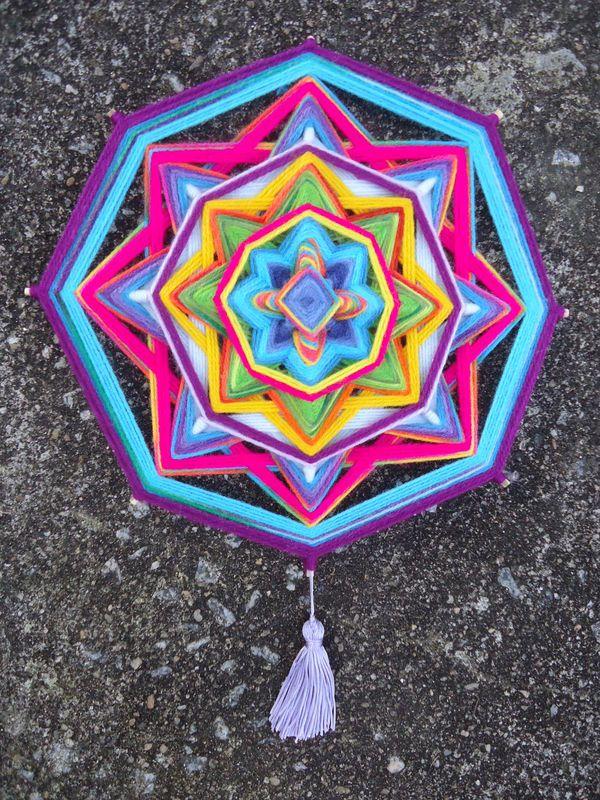 Mandala com 30 cm de diâmetro em lã e 90 gramas - Kamomilla Mandalas