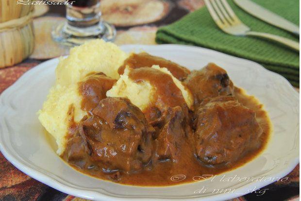 Το μαρινάρισμα δίνει στο κρέας υπέροχη, γεμάτη γεύση, που πλησιάζει πολύ αυτή του κυνηγιού, ενώ το σιγοβράσιμο το κάνει να λιώνει στο στόμα