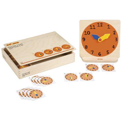 --- hoe laat is het --- Spel waarbij de analoge klok wordt gebruikt om vast te stellen hoe laat het is. Kinderen oefenen in het aflezen en aangeven van de hele uren, de halve uren en de kwartieren en leren begrippen als uur, half uur, kwartier en minuut. Inhoud: houten klok plus staander, 4 setjes van 12 klokkaartjes (met de tijd weergegeven in hele uren, halve uren, kwart over en kwart voor), 2 x 12 cijferkaartjes (van 1-12). Formaat kist: 34 x 24 x 6 cm (l x b x h). 523 138