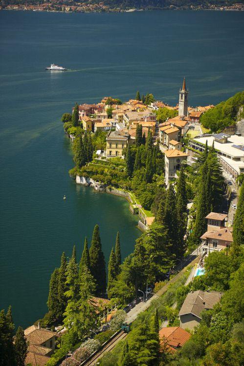 Varenna in de Italiaanse regio Lombardije. Prachtig dorpje om te bezoeken tijdens je roadtrip.