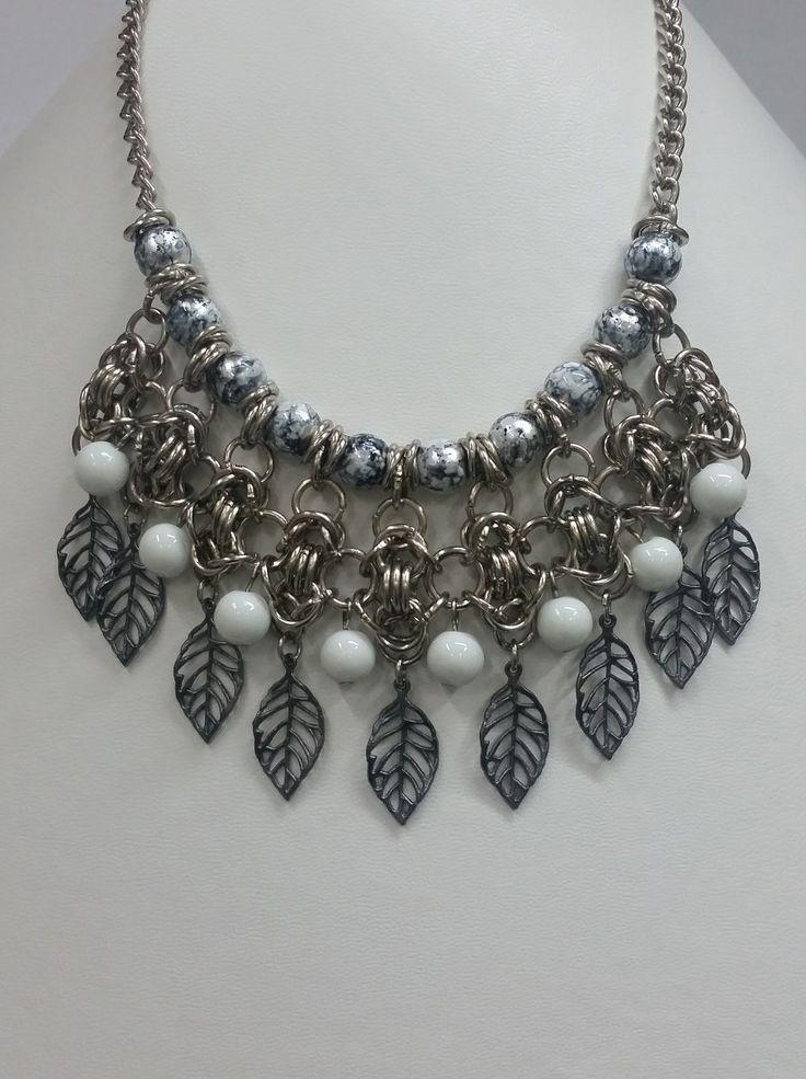 collar de diseño con perlas de vidrio y dijes de metal
