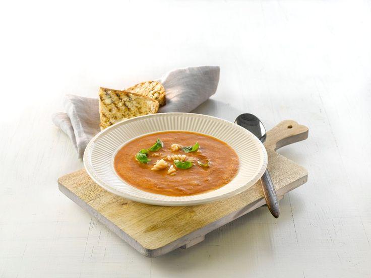 Et middagstips til travle hverdager er hjemmelaget tomatsuppe med pasta. En varmende suppe som gjør lykke hos hele familien.