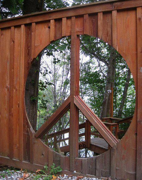 WOODEN PEACE SIGN WALL