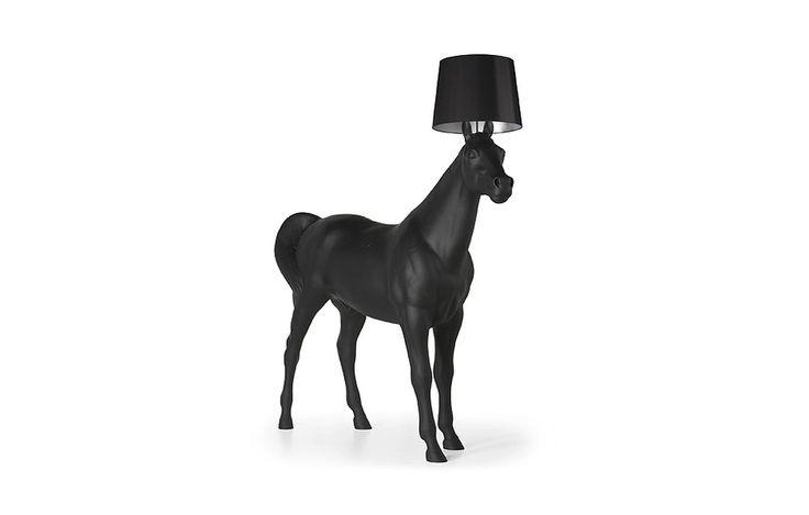 """Luminária Horse Lamp (2006) by Front para Moooi. Além de iluminar, este cavalo pode """"decorar"""" a sua casa."""