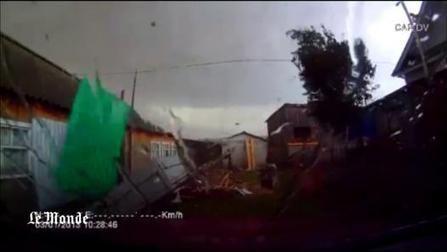 L'intérieur d'une tornade filmé par la caméra embarquée d'une voiture
