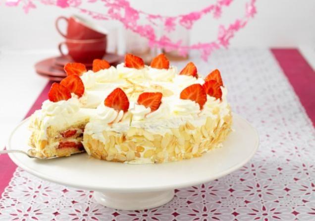 Slagroomtaart met aardbeien                              -                                  Ook zo gek op slagroomtaart? Probeer dan deze heerlijke slagroomtaart gevuld met aardbeien.