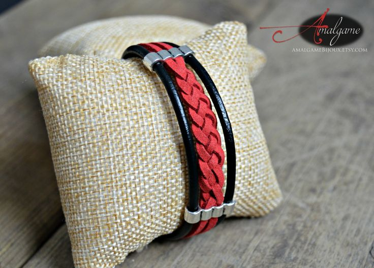 Bracelet cordons cuir et suède / rouge et noir / tresse à 4 branches / ornements argentés par Amalgame Bijoux de la boutique AMALGAMEbijoux sur Etsy