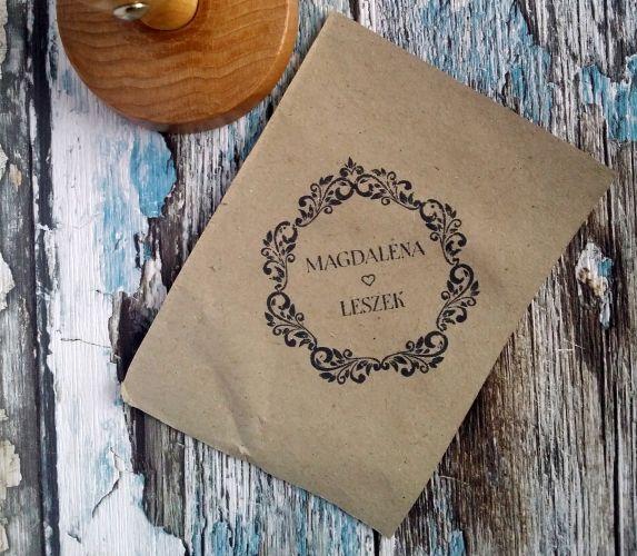 Elegancki stempel ślubny z klasycznym dekorem. Uroczy dodatek do ślubnej papeterii :)  Do kupienia w sklepie internetowym Madame Allure.