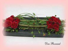 Bloemschikken budgetvriendelijk bloemstuk met rode rozen goedkoop bloemschikken
