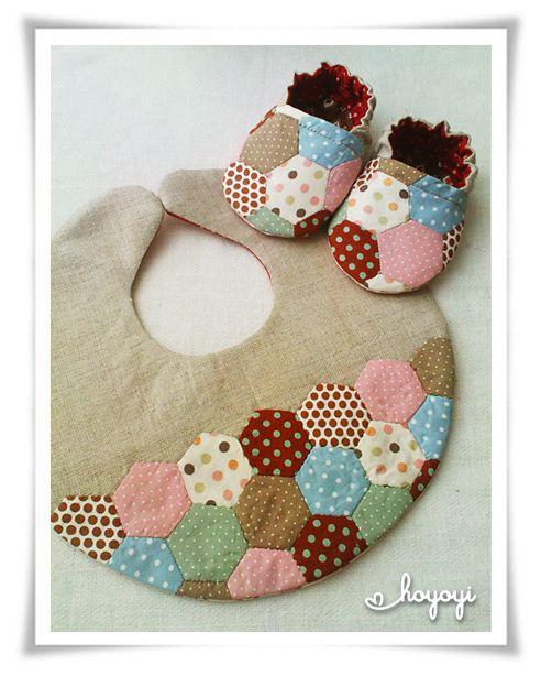 ¡Divino conjunto de zapatitos y babero para bebés hecho de patchwork!