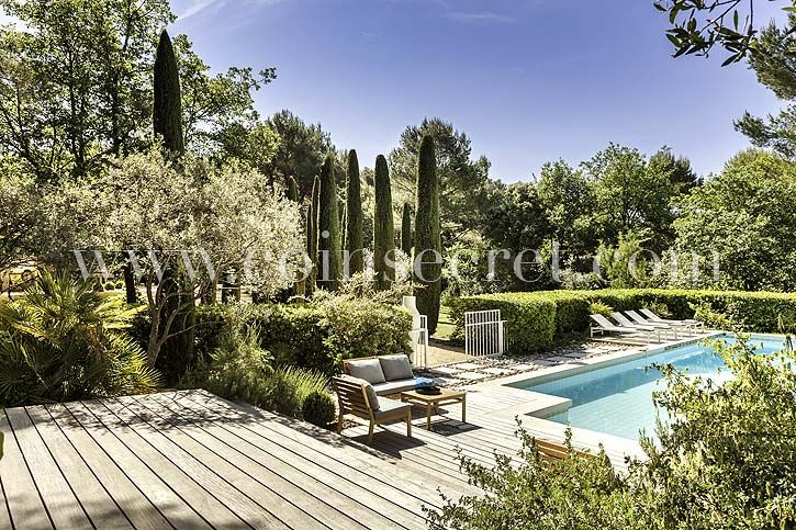 Piscine au milieu d'un jardin luxuriant au sein de cette maison de vacances à Pernes les Fontaines - Vaucluse - Provence | Coins Secrets Beautiful pool in this vacation rental in Provence, France